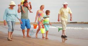Περπάτημα στην παραλία στις διακοπές απόθεμα βίντεο