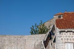 Περπάτημα στην περιτοιχισμένη πόλη Dubrovnic στην Κροατία Ευρώπη Το Dubrovnik παρονομάζεται το μαργαριτάρι ` της Αδριατικής Στοκ φωτογραφίες με δικαίωμα ελεύθερης χρήσης