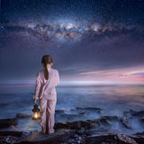 Περπάτημα στη νύχτα στοκ φωτογραφίες με δικαίωμα ελεύθερης χρήσης