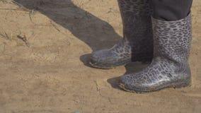 Περπάτημα στις λαστιχένιες μπότες στην άμμο φιλμ μικρού μήκους