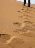 Περπάτημα στον αμμόλοφο άμμου Στοκ εικόνα με δικαίωμα ελεύθερης χρήσης