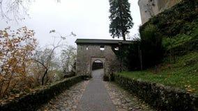 Περπάτημα στο αιμορραγημένο Castle απόθεμα βίντεο