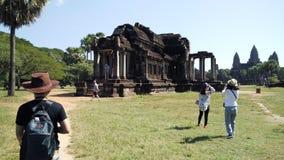 Περπάτημα στο ναό Angkor Wat Στοκ Φωτογραφία