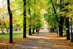 Περπάτημα στο πάρκο του τετραγώνου καθεδρικών ναών στην πόλη Vilnius Στοκ Εικόνα