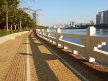 Περπάτημα στο χρυσό πεζοδρόμιο στοκ φωτογραφίες με δικαίωμα ελεύθερης χρήσης