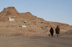 Περπάτημα στο χωριό στοκ εικόνα με δικαίωμα ελεύθερης χρήσης
