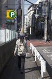 Περπάτημα ταξιδιωτικών το ταϊλανδικό γυναικών στην οδό στη μικρή αλέα πηγαίνει στο subwa Στοκ Εικόνες