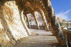 Περπάτημα της αλέας στο πάρκο Guell στη Βαρκελώνη, Καταλωνία Στοκ εικόνα με δικαίωμα ελεύθερης χρήσης