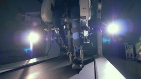 Περπάτημα της μηχανής προσομοίωσης κατά τη διάρκεια της διαδικασίας κατάρτισης των ποδιών προσώπων ` s καινοτόμο ρομποτικό κυβερν απόθεμα βίντεο