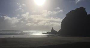 Περπάτημα της παραλίας στη Νέα Ζηλανδία στο ηλιοβασίλεμα Στοκ Εικόνες