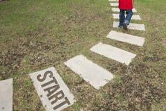 Περπάτημα της πορείας σε μια πράσινη χλόη στοκ φωτογραφίες με δικαίωμα ελεύθερης χρήσης