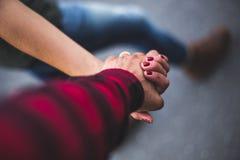 Περπάτημα του χεριού με το χέρι Στοκ Εικόνες