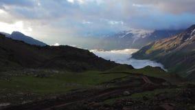 Περπάτημα των βουνών της περιοχής Elbrus φιλμ μικρού μήκους