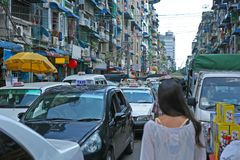 Περπάτημα των οδών του στο κέντρο της πόλης Ρανγκούν, Βιρμανία στοκ φωτογραφία