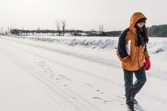 περπάτημα χιονιού ατόμων Στοκ Φωτογραφία