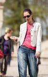Περπάτημα Brunette Στοκ εικόνες με δικαίωμα ελεύθερης χρήσης