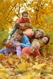 Περπατήστε μια μεγάλη οικογένεια Στοκ εικόνα με δικαίωμα ελεύθερης χρήσης