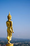 Περπατώντας άγαλμα του Βούδα Στοκ Εικόνες