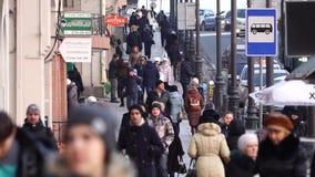 Περπατώντας άνθρωποι κατά μήκος της οδού απόθεμα βίντεο