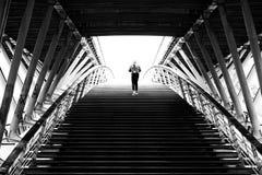 Περπατώντας άτομο στη γέφυρα léopold-sédar-senghor στοκ φωτογραφίες