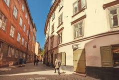 Περπατώντας άτομο στη σκιά Gamla Stan, παλαιά πόλης ιστορική περιοχή Στοκ Φωτογραφία