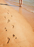 περπατώντας γυναίκα παραλιών Στοκ φωτογραφίες με δικαίωμα ελεύθερης χρήσης