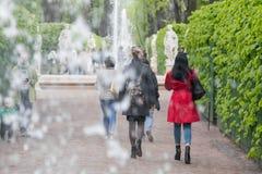 Περπατώντας γυναίκα στο κόκκινο παλτό Στοκ Εικόνα