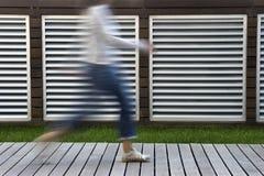 περπατώντας γυναίκα Στοκ Φωτογραφία