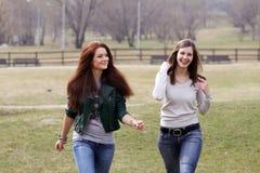 περπατώντας γυναίκες Στοκ φωτογραφίες με δικαίωμα ελεύθερης χρήσης