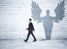 Περπατώντας επιχειρηματίας με τη σκιά αγγέλου Στοκ Εικόνα