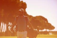 Περπατώντας και φέρνοντας τσάντα φορέων γκολφ Στοκ Φωτογραφίες