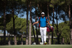 Περπατώντας και φέρνοντας τσάντα φορέων γκολφ Στοκ εικόνες με δικαίωμα ελεύθερης χρήσης