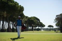 Περπατώντας και φέρνοντας τσάντα φορέων γκολφ Στοκ φωτογραφία με δικαίωμα ελεύθερης χρήσης