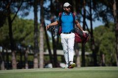 Περπατώντας και φέρνοντας τσάντα φορέων γκολφ Στοκ εικόνα με δικαίωμα ελεύθερης χρήσης