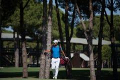 Περπατώντας και φέρνοντας τσάντα φορέων γκολφ Στοκ Εικόνες