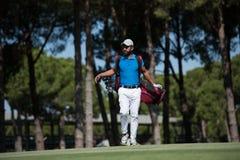 Περπατώντας και φέρνοντας τσάντα φορέων γκολφ Στοκ Εικόνα