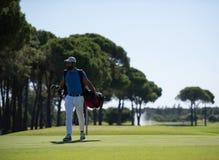 Περπατώντας και φέρνοντας τσάντα φορέων γκολφ Στοκ φωτογραφίες με δικαίωμα ελεύθερης χρήσης