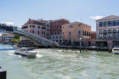 Περπατώντας κατά μήκος των στενών οδών και των καναλιών της Βενετίας, Ιταλία Στοκ φωτογραφίες με δικαίωμα ελεύθερης χρήσης