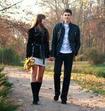 περπατώντας νεολαίες πάρκων αγάπης ζευγών ευτυχείς Στοκ εικόνες με δικαίωμα ελεύθερης χρήσης