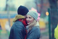 περπατώντας νεολαίες πάρκων ζευγών Στοκ φωτογραφία με δικαίωμα ελεύθερης χρήσης