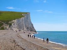 Περπατώντας στην παραλία χαλικιών κοντά στους άσπρους απότομους βράχους επτά αδελφών, ανατολικό Σάσσεξ, Αγγλία Στοκ φωτογραφία με δικαίωμα ελεύθερης χρήσης
