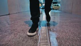 Περπατώντας στο Μιλάνο - αστικό τοπίο - το άτομο περπατά κοντά σε Porta Garibaldi - το Gael Aulenti - βήματα, χαμηλός πυροβολισμό απόθεμα βίντεο