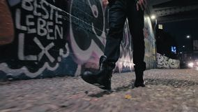 Περπατώντας στο Μιλάνο - αστικό τοπίο - το άτομο περπατά κοντά σε Porta Garibaldi - το Gael Aulenti - βήματα, χαμηλός πυροβολισμό φιλμ μικρού μήκους