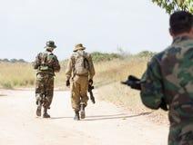 Περπατώντας στρατιωτικά όπλα Στοκ Εικόνες