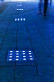 Περπατώντας την οδό που φωτίζεται από τους οδηγημένους βολβούς στοκ εικόνες με δικαίωμα ελεύθερης χρήσης