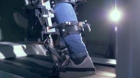 Περπατώντας τη συσκευή προσομοίωσης που χρησιμοποιείται κατά τη διάρκεια της κατάρτισης αποκατάστασης φιλμ μικρού μήκους