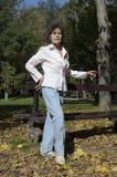 Περπατώντας φθινόπωρο κατοικίδιων ζώων ποδιών γυναικών στο πάρκο Στοκ εικόνες με δικαίωμα ελεύθερης χρήσης