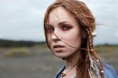Περπατώντας όμορφο εθνικό κορίτσι Στοκ εικόνες με δικαίωμα ελεύθερης χρήσης