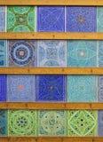 Περσικά ισλαμικά μοτίβα και σχέδια στα χειροποίητα ζωηρόχρωμα μπλε και πράσινα κεραμίδια από το Ισφαχάν Στοκ φωτογραφίες με δικαίωμα ελεύθερης χρήσης