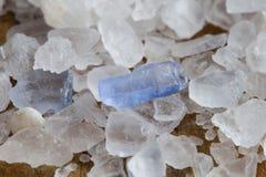 Περσική μπλε αλατισμένη μακρο άποψη κρυστάλλου Ορυκτό αλατούχο χλωριούχο νάτριο από Semnan Ιράν Καρύκευμα οργανικής τροφής ρηχός στοκ φωτογραφία
